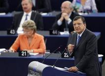 <p>L'Union européenne doit évoluer vers une fédération démocratique et modifier ses traités fondateurs pour créer une véritable union monétaire au sein de la zone euro, a déclaré mercredi le président de la Commission européenne, José Manuel Barroso, lors de son discours sur l'état de l'UE devant le Parlement européen à Strasbourg. /Photo prise le 12 septembre 2012/REUTERS/Vincent Kessler</p>