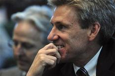 Американский посол Крис Стивенс на пресс-конференции руководства ливийских повстанцев в Бенгази, 11 апреля 2011 года. Посол США в Ливии и еще три сотрудника посольства погибли в результате ракетного обстрела их автомобиля в Бенгази в ночь на среду, когда пытались уехать из атакованного вооруженной толпой здания американского консульства, сообщил представитель властей Ливии. REUTERS/Esam al-Fetori