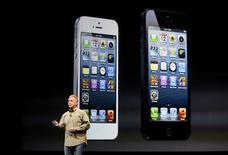 """<p>Phil Schiller, le directeur marketing d'Apple, a dévoilé mercredi l'iPhone 5, présenté comme le plus mince et le plus rapide jamais conçus par Apple. Le smartphone est doté d'un écran """"retina"""" de 4 pouces (10,16 centimètres), plus grand que celui du modèle actuel, et il est compatible avec la nouvelle norme mobile à très haut débit LTE. /Photo prise le 12 septembre 2012/REUTERS/Beck Diefenbach</p>"""