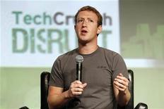 CEO do Facebook, Mark Zuckerberg, fala durante sessão de perguntas e respostas da conferência TechCrunch Disrupt, em São Franciso, Califórnia. Zuckerberg levantou um alerta que pode deflagrar uma corrida para combinar as redes sociais com o serviço de buscas. REUTERS/Beck Diefenbach