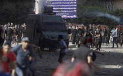 Manifestantes entram em confronto com policiais na avenida que leva à embaixada dos Estados Unidos no Cairo. 13/09/2012 REUTERS/Amr Abdallah Dalsh