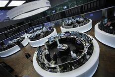 Трейдеры работают в торговом зале фондовой биржи во Франкфурте-на-Майне, 12 сентября 2012 года. Европейские рынки акций открылись ростом благодаря новым стимулирующим мерам, которые приняла ФРС США. REUTERS/Alex Domanski