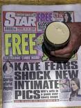 """Cópia do jornal irlandês Daily Star é visto em bar próximo a Bridgend, Irlanda .O editor irlandês do Daily Star ofereceu no domingo suas """"mais profundas desculpas"""" por ter publicado fotos da esposa do príncipe William de topless, mas disse que resistiria aos esforços de seu sócio britânico de fechar o jornal. 15/09/2012 REUTERS/Cathal McNaughton"""