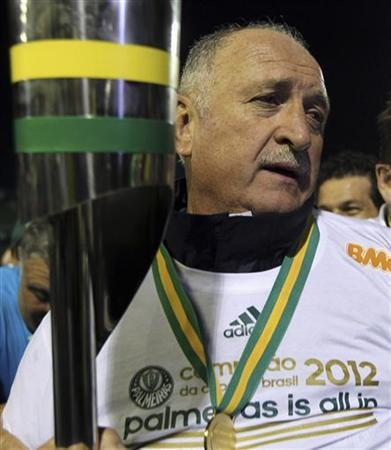 Palmeiras head coach Luis Felipe Scolari holds the Copa do Brasil trophy after their team won the championship against Coritiba, in Curitiba July 11, 2012. REUTERS/Paulo Whitaker