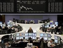 Трейдеры на торгах фондовой биржи во Франкфурте-на-Майне 17 сентября 2012 года. Европейские рынки акций открылись снижением на фоне фиксации прибыли. REUTERS/Remote/Lizza May David