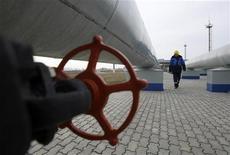 Работник Газпрома на газовой компрессорной станции в Судже, под Курском 5 декабря 2008 года. Министерство финансов РФ, весной 2012 года предлагавшее радикально увеличить ставку НДПИ на газ, значительно смягчило свою позицию, пожалев независимых газодобытчиков, следует из законопроекта, размещенного на сайте ведомства. REUTERS/Denis Sinyakov