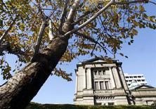 Здание Банка Японии в Токио, 25 ноября 2009 года. Банк Японии в среду расширил программу покупки активов, поскольку ослабление глобального потребления и напряженные отношения с Китаем затрудняют восстановление ориентированной на экспорт японской экономики. REUTERS/Yuriko Nakao