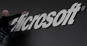 Рабочий устанавливает логотип Microsoft перед специализированной выставкой в Гановере, 26 февраля 2011 года. Правительство Германии призвало интернет-пользователей временно отказаться от использования браузера Internet Explorer после того, как Microsoft Corp нашла ошибку в работе программы, делающую уязвимыми к хакерским атакам персональные компьютеры. REUTERS/Tobias Schwarz