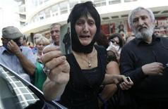 Женщина во время протестной акции в Тбилиси показывает фотографию сына, который, по ее словам, стал инвалидом в результате пыток, которым он подвергался в тюрьме, 19 сентября 2012 года. Тысячи людей вышли на улицы столицы Грузии в среду, за менее, чем две недели до парламентских выборов, протестуя против якобы имевшего место нечеловеческого обращения с заключенными в тюрьмах, а президент страны Михаил Саакашвили пообещал наказать виновных и провести коренную реформу пенитенциарной системы. REUTERS/David Mdzinarishvili