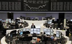Торговый зал Франкфуртской фондовой биржи, 19 сентября 2012 года. Европейские рынки акций открылись снижением. REUTERS/Remote/Lizza May David