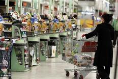 <p>La confiance du consommateur dans la zone euro a reculé de manière inattendue en septembre, dans un contexte de réduction des dépenses publiques, d'un taux de chômage record et d'une inflation qui reste élevée en raison des prix du pétrole. /Photo d'archives/REUTERS/Charles Platiau</p>