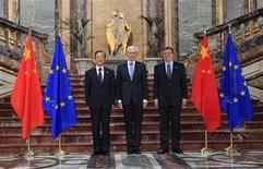 <p>Le Premier ministre chinois Wen Jiabao, le président du Conseil européen Herman Van Rompuy et le président de la Commission européenne José Manuel Barroso (de gauche à droite), jeudi à Bruxelles. A l'occasion de leur 15ème sommet annuel, la Chine et l'Union européenne se sont prononcées jeudi contre le protectionnisme et Pékin s'est engagé à continuer à investir dans la dette européenne et à oeuvrer à la réduction des gaz à effets de serre. /Photo prise le 20 septembre 2012/REUTERS/Yves Herman</p>
