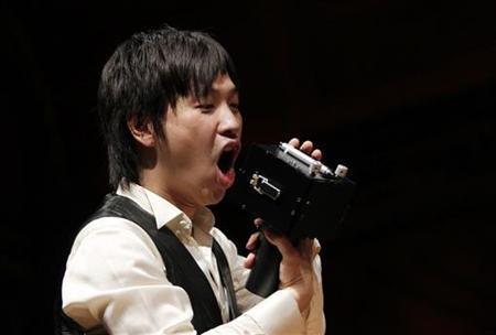 9月20日、ユーモアがあり、かつ意義深い科学的研究に贈られる「イグ・ノーベル賞」の授賞式が行われ、おしゃべりな人の話を妨害する装置「スピーチジャマー」を開発した日本人2人が受賞した。写真はそのうちの1人、塚田浩二さん(2012年 ロイター/Jessica Rinaldi)