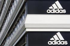 <p>Après la perte d'un gros contrat de football américain et la découverte d'une fraude au sein de la filiale indienne de Reebok, Adidas a réduit vendredi l'objectif de chiffre d'affaires de sa filiale en 2015, le ramenant de trois à deux milliards d'euros. /Photo d'archives/REUTERS/Christian Hartmann</p>