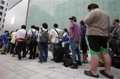 <p>File d'attente de consommateurs désireux d'acquérir l'iPhone 5 devant une enseigne d'Apple à Tokyo. Le nouveau smartphone d'Apple est en vente depuis ce vendredi sur une bonne partie de la planète, dont la France. /Photo prise le 21 septembre 2012/REUTERS/Yuriko Nakao</p>