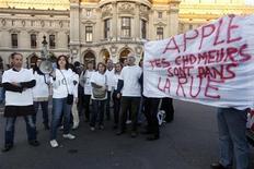 Funcionários da Apple francesa e ex-vendedores da marca desempregados protestam em frente à loja modelo durante lançamento do iPhone 5, em Paris. 21/09/2012 REUTERS/Jacky Naegelen