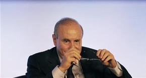 """<p>Le Brésil menace d'adopter de nouvelles mesures contre les mouvements de capitaux étrangers à visées spéculatives, un tir de semonce dans une """"guerre des devises"""" dont il rend responsable le recours massif à la planche à billets par les grandes banques centrales. Le ministre des Finances, Guido Mantega, a déclaré que son pays ne laisserait pas sa monnaie s'apprécier exagérément et qu'il était prêt à prendre des mesures pour l'empêcher. /Photo prise le 14 septembre 2012/REUTERS/Nacho Doce</p>"""