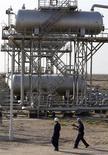 <p>Les cours du pétrole ont terminé en progression de quelque 0,5% vendredi à New York, enchaînant ainsi une deuxième séance consécutive de hausse grâce à des interrogations sur l'offre et un regain d'optimisme sur la conjoncture mondiale. /Photo d'archives/REUTERS/Mohammed Ameen</p>