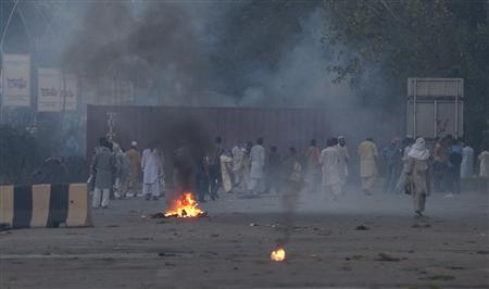Supporters clash with police along a road which leads to the U.S. embassy in Islamabad September 20, 2012. REUTERS/Faisal Mahmood