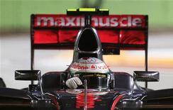 O piloto britânico de fórmula um Lewis Hamilton, da McLaren, dirige durante a sessão qualificatória do Grande Prêmio de Cingapura no circuito de Marina Bay. 22/09/2012 REUTERS/Pablo Sánchez