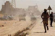 <p>افراد من الجيش الوطني يشقون طريقهم الى ابواب ميليشيا راف الله السحاتي عقب مظاهرات في بنغازي يوم السبت. تصوير. اسماء وجيه - رويترز</p>