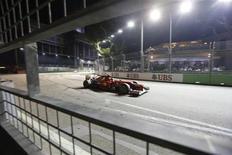 O piloto de Fórmula Um espanhol Fernando Alonso, da Ferrari, dirige durante o Grande Prêmio de Cingapura no circuito de Marina Bay. 23/09/2012 REUTERS/Pablo Sánchez