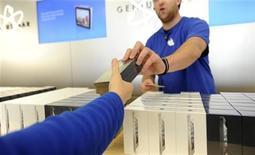 Funcionário da Apple entrega iPhone 5 para cliente em loja da marca em São Franciso, Califórnia. A Apple anunciou que vendeu mais de cinco milhões de unidades doiPhone 5 no primeiro fim de semana. 21/09/2012 REUTERS/Noah Berger