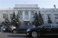 Вид на здание Банка России в Москве 8 февраля 2010 года. Количество российских банков, которые могут столкнуться с дефицитом капитала при падении экономики и цен на нефть в экстремальном макросценарии, возросло в 2,5 раза по сравнению с началом года, показывают стресс-тесты Центробанка РФ. REUTERS/Denis Sinyakov