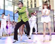 """Cantor coreano Psy dança """"Gangnam Style"""" no programa """"Today"""" da NBC, em Nova York. O cantor sul-coreano gordinho que se tornou um fenômeno pop, liderando os downloads no iTunes da Apple e recebendo 270 milhões de visualizações no YouTube, prometeu apresentar o seu sucesso """"Gangnam Style"""" sem blusa se alcançar o primeiro lugar das paradas.14/09/2012 REUTERS/Brendan McDermid"""