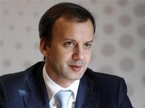 Российский вице-премьер Аркадий Дворкович общается с журналистами во время Саммита Рейтер в Москве 25 сентября 2012 года. REUTERS/Maxim Shemetov