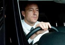 Jogador de futebol do Chelsea John Terry deixa audiência na Associação Inglesa de Futebol no estádio de Wembley em Londres. A Associação Inglesa de Futebol negou que a entidade tenha obrigado o zagueiro John Terry a se aposentar da seleção nacional por causa de uma investigação a respeito de uma suposta ofensa racista. 25/09/2012 REUTERS/Stringer