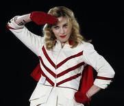 """Madonna apresenta-se durante último show europeu da turnê mundial MDNA em Nice, França. A cantora Madonna disse na terça-feira que estava sendo """"irônica sobre o palco"""" ao se referir ao presidente Barack Obama como um """"muçulmano negro"""", durante show na véspera em Washington. 21/08/2012 REUTERS/Eric Gaillard"""