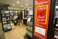"""Cartaz anunciando novo livro """"The Casual Vacancy"""" da escritora inglesa J.K. Rowling é visto em uma livraria em Londres. Na semana em que Rowling lança seu primeiro romance adulto, ela revelou que seu próximo livro deve ser novamente uma obra para crianças, e admitiu que pode no futuro retomar o universo do menino-mago. 26/09/2012 REUTERS/Neil Hall"""