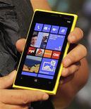 Представитель Nokia демонстрирует смартфон Lumia 920 на мероприятии в Нью-Йорке, 5 сентября 2012 года. Финский производитель мобильных телефонов Nokia назначил цену новой модели Lumia 920 более чем на 10 процентов выше цены ключевого конкурента - смартфона Galaxy S3 компании Samsung Electronics, согласно данным о ценах в Швеции и Италии. REUTERS/Brendan McDermid