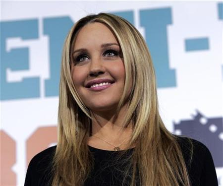 Actress Amanda Bynes arrives for the premiere of the film ''Semi-Pro'' at the Mann Village Theater in Los Angeles, February 19, 2008. REUTERS/Danny Moloshok