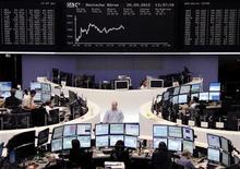 Трейдеры на торгах фондовой биржи во Франкфурте-на-Майне 20 сентября 2012 года. Европейские рынки акций открылись ростом. REUTERS/Remote/Lizza May David