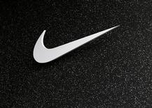 Логотип компании Nike, сфотографированный в городе Юджин, штат Орегон, 21 июня 2012 года. Квартальная прибыль Nike Inc оказалась лучше ожиданий рынка, однако не смогла компенсировать разочарование инвесторов от данных об объемах заказов на продукцию фирмы в Китае. REUTERS/Mike Blake
