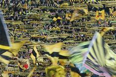 """Болельщики """"Боруссии"""" из Дортмунда в матче против """"Баварии"""" в финале Кубка Германии в Берлине 12 мая 2012 года. Матчи чемпионатов России, Украины, Испании, Англии, Германии, Италии, Франции и Нидерландов пройдут в выходные. REUTERS/Kai Pfaffenbach"""