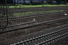 """Железнодорожные рельсы в Варшаве, 21 июня 2012 г. Федеральная антимонопольная служба России возбудила дело против нескольких """"дочек"""" Евраза, обвинив группу в продаже железнодорожных рельсов некоторым компаниям в ряде стран СНГ по заниженным ценам, сообщила ФАС в пятницу. REUTERS/Kacper Pempel"""