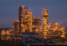 Нефтеперерабатывающий завод недалеко от города Мозырь, 17 ноября 2009 г. Президент Александр Лукашенко сменил главу государственного экспортера нефтепродуктов - Белорусской нефтяной компании - после спора с Россией об экспорте растворителей. REUTERS/Vasily Fedosenko