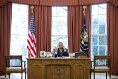 Presidente dos Estados Unidos, Barack Obama, é visto falando ao telefone na Casa Branca, em Washington. Obama bloqueou uma empresa privada chinesa de construir turbinas eólicas perto de uma base da Marinha norte-americana no Estado de Oregon, devido a preocupações com a segurança nacional. A companhia prometeu contestar a ação do presidente na Justiça. 28/09/2012 REUTERS/Pete Souza/The White House/Handout