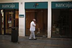 <p>A Ronda, près de Malaga. L'endettement de l'Espagne augmentera encore en 2013, conséquence de l'aide accordée aux régions et aux banques, ce qui accroît la pression sur le gouvernement pour qu'il fasse appel à un secours extérieur. /Photo prise le 5 juillet 2012/REUTERS/Jon Nazca</p>