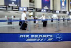 <p>Pour sa saison d'hiver 2012-2013, Air France a décidé de stabiliser son offre avec un repli de 0,1% sur le long-courrier, et un redéploiement de son activité vers l'Asie (+4,5%), l'Afrique (+3,9%) et les Caraïbes (+3,1%). En moyen-courrier, l'offre est réduite de 0,5% avec une baisse de l'offre internationale (-1,3%) et une croissance de l'offre domestique (+1%). /Photo prise le 26 juillet 2012/REUTERS/Eric Gaillard</p>