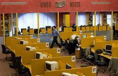 """Торговый зал биржи ММВБ в Москве, 17 сентября 2008 года. Российские фондовые индексы подтянулись в ходе первой сессии нового квартала вслед за Европой в отсутствие тревожных новостей, однако трейдеры сетуют на апатию игроков и возвращение по-летнему вялой """"позиционной"""" торговли. REUTERS/Thomas Peter"""