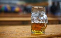 <p>Les patrons de cafés et établissements de nuit s'inquiètent de la hausse des droits d'accises de la bière prévue en France dans le projet de loi de financement de la sécurité sociale (PLFSS) 2013, qui fragilise selon eux un secteur en situation difficile. /Photo prise le 22 septembre 2012/REUTERS/Kai Pfaffenbach</p>