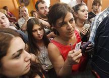 Избиратели стоят в очереди на участок для голосования на парламентских выборах в Тбилиси 1 октября 2012 года. Партия президента Грузии Михаила Саакашвили в понедельник вечером провозгласила победу над оппозиционным блоком на выборах в парламент, хотя опросы на выходе с участков дали картину жесткого противоборства в схватке за голоса. REUTERS/David Mdzinarishvili