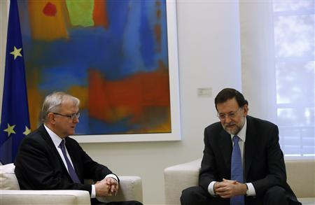 Spanish Prime Minister Mariano Rajoy (R) and E.U Economic and Monetary Affairs Commissioner Olli Rehn pose for photographers at the start of their meeting at Madrid's Moncloa Palace October 1, 2012. REUTERS/Susana Vera