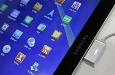 <p>La justice américaine a levé une interdiction temporaire de vente aux Etats-Unis de la tablette Galaxy Tab 10.1 de Samsung Electronics, qui avait été imposée avant la tenue du procès qui a opposé en août le groupe sud-coréen et Apple au sujet de brevets technologiques. /Photo prise le 14 octobre 2011/REUTERS/Jo Yong-Hak</p>