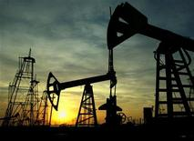 Нефтяные вышки на месторождении в Баку, 16 октября 2005 года. Цена на нефть Brent держится вблизи $112 за баррель на фоне ухудшения прогнозов спроса из-за медленного роста мировой экономики. REUTERS/David Mdzinarishvili