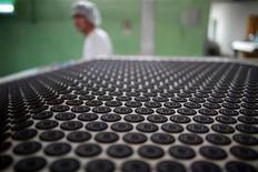 <p>Mondelez International, le premier fabricant mondial de barres chocolatées, sucreries et biscuits qui vient d'être scindé de Kraft Foods, ne voit pas l'appétit des consommateurs pour les en-cas diminuer malgré le ralentissement économique mondial. /photo prise le 30 mai 2012/REUTERS/Aly Song</p>